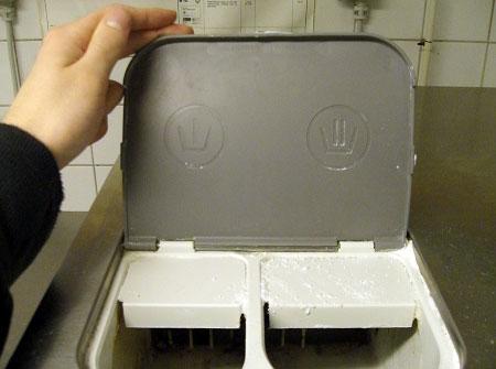 Undersidan av locket till tvättmedelsfacket visar också symbolerna för de olika facken