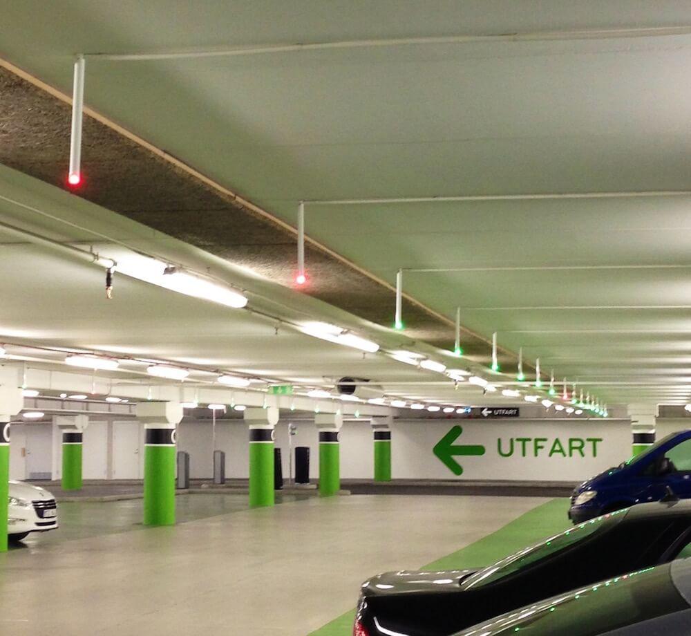 Lampor i garaget Täby Centrum som visar lediga och upptagna p-platser